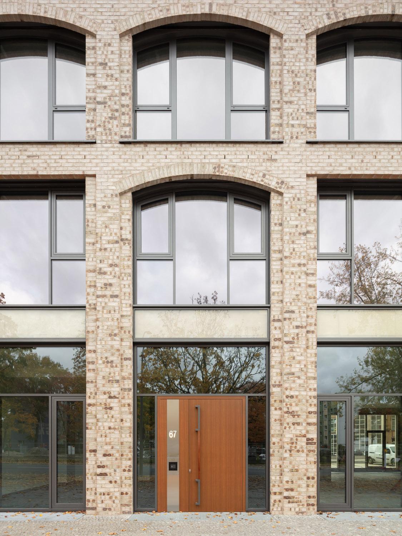 Entrance situation Seestrasse 66 and detail facade Klemens Renner
