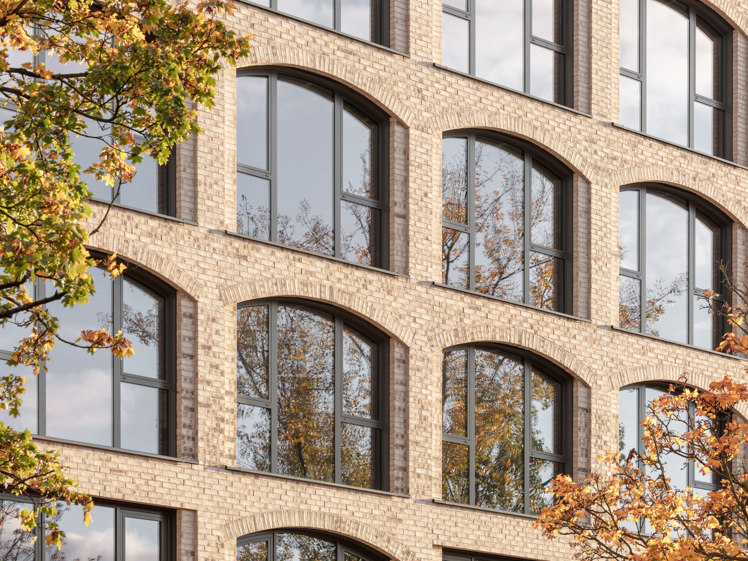 Four-storey central area with glazed, large-format windows in segmental arches as a reference to early industrial modernism. Klemens Renner