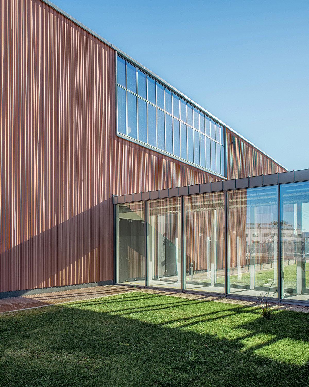 Zamasport, facciata Ovest, i pannelli prefabbricati riproducono il drappeggio verticale di un tessuto Mario Frusca
