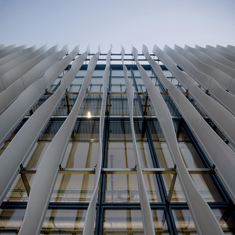 Zamasport, facciata Nord con le bandelle in krion bianco termoformate Mario Frusca