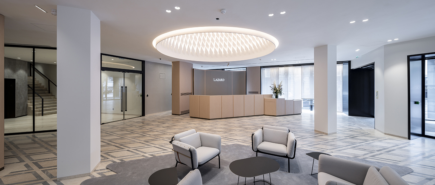 The entrance is magnified by providing ample clear height with a large chandelier, producing a spectacular volume. ©SALEM MOSTEFAOUI FOR PCA-STREAM