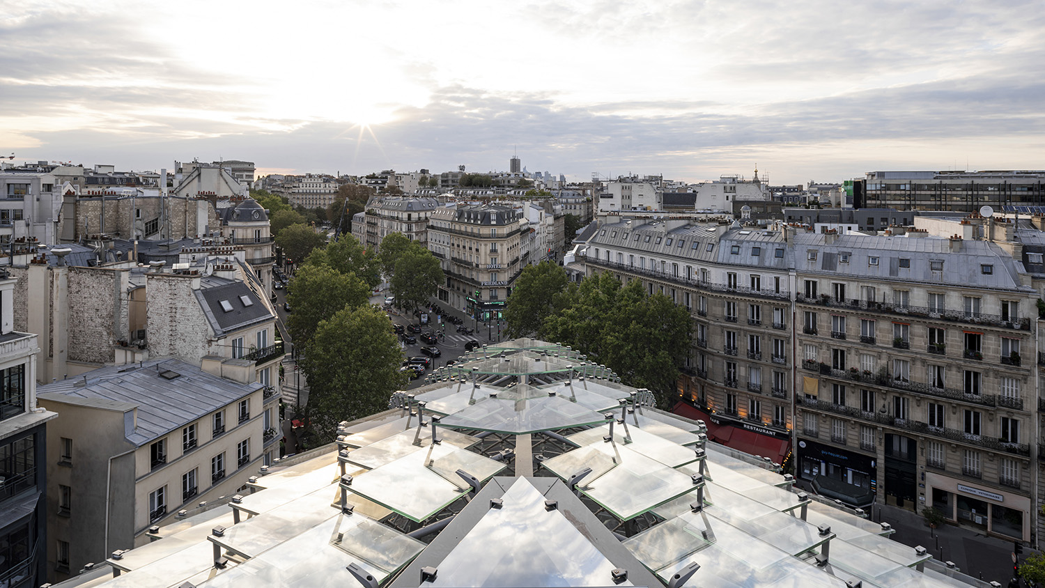 """175 Haussmann reconnects to its neighbourhood and creates a dialogue between the """"inside"""" and the """"outside"""" thanks to the glass scales, carring the two last floors, as well as by a reconquest of outside sp ©SALEM MOSTEFAOUI FOR PCA-STREAM"""