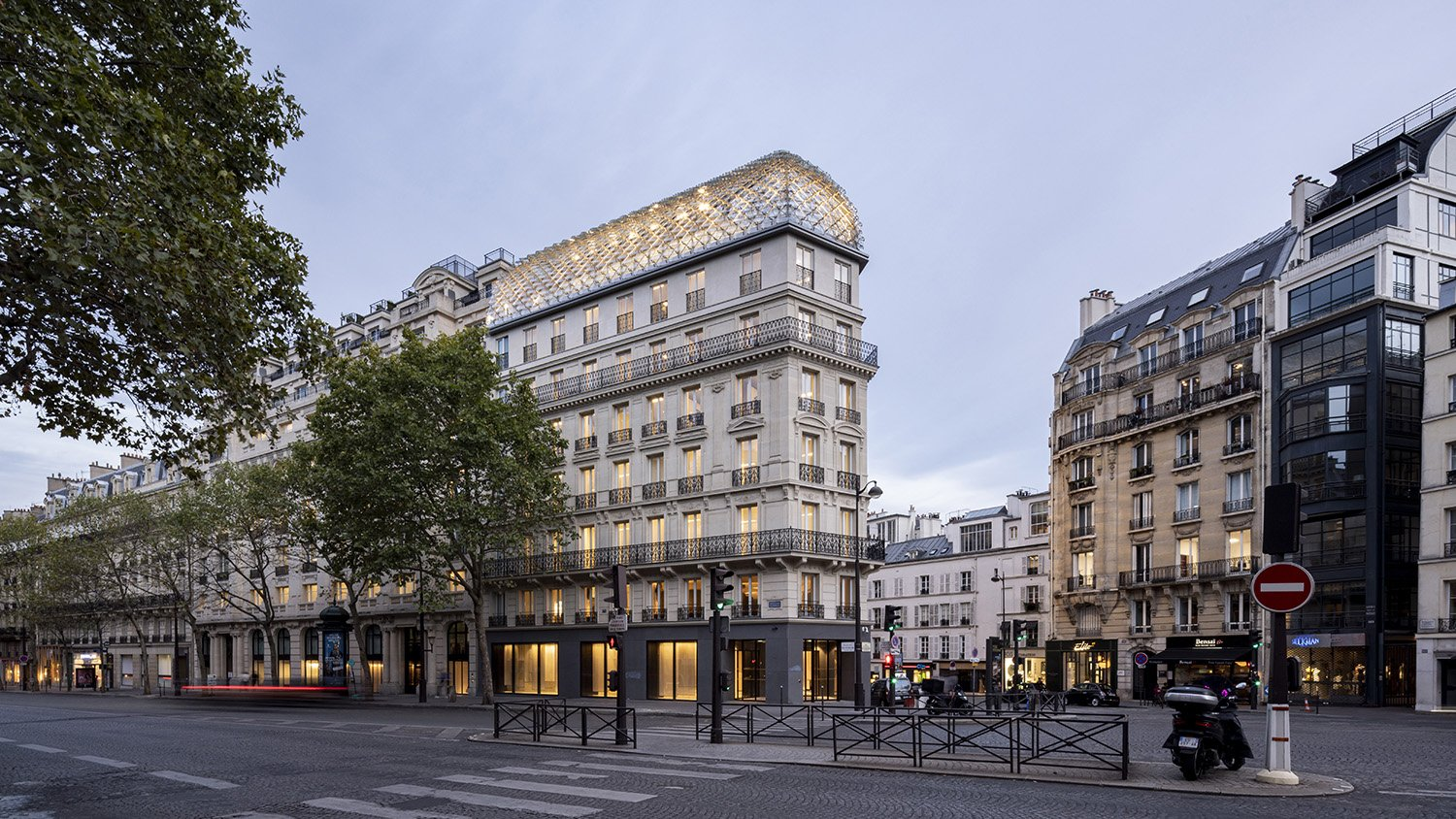 Acting as a beacon, the photovoltaic glass roof gives its identity to 175 Haussmann, a contemporary twist to Parisian heritage. ©SALEM MOSTEFAOUI FOR PCA-STREAM