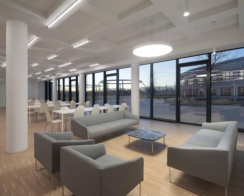Lounge al piano terra con vista sulla corte Carola Merello