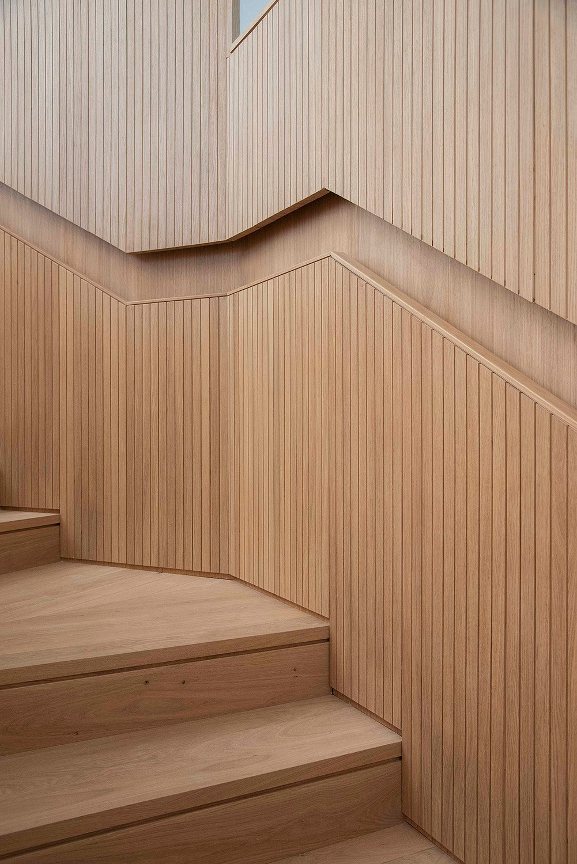 Dettaglio delle scale interne rivestite in legno massello Carola Merello