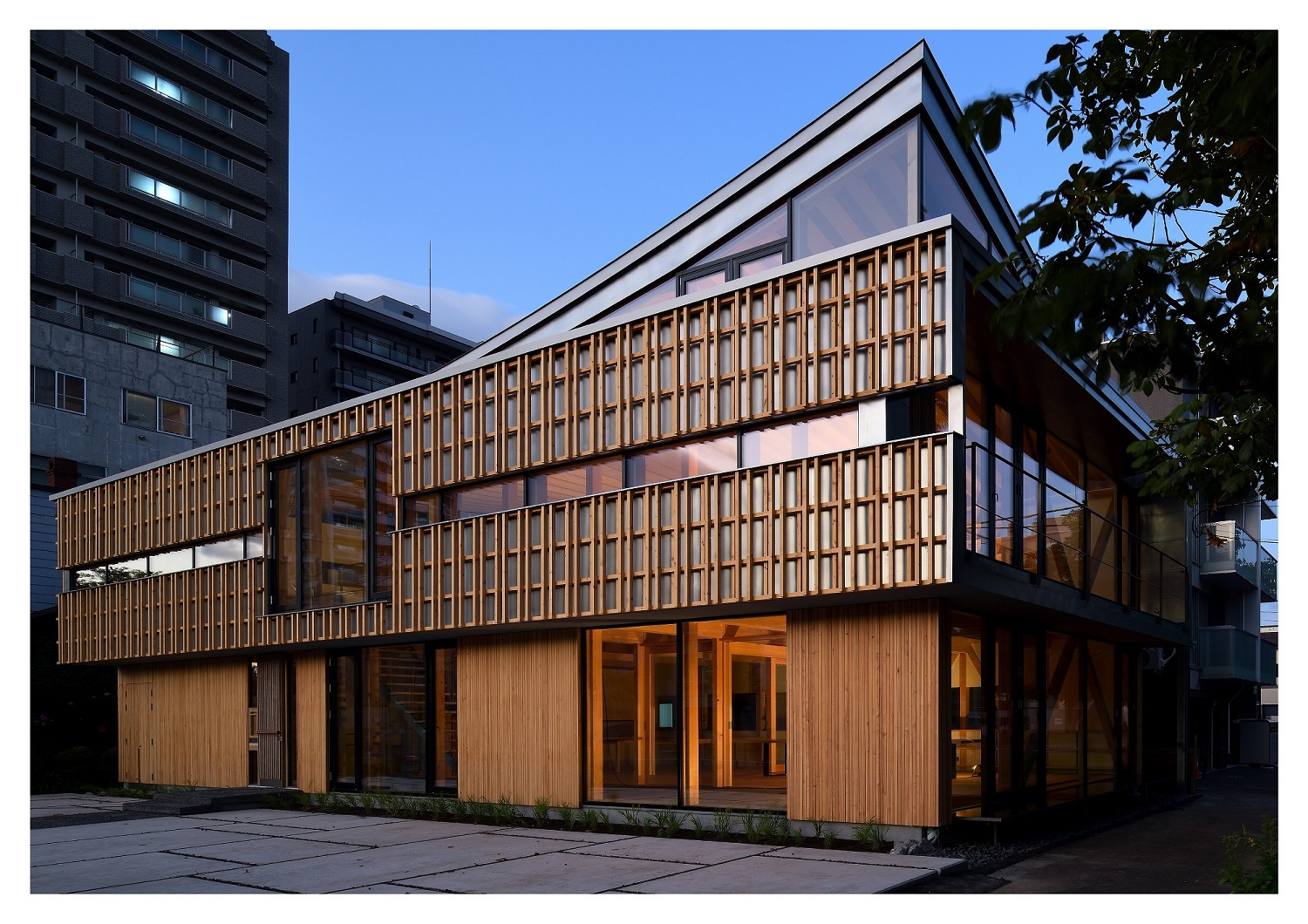 The project was based on the premise of using local materials. Ezo Pine, a native species of Hokkaido, was selected as the structural material, and the conventional post and beam structure was mainly used. High sidelights were installed on the northeast a Ken Goshima