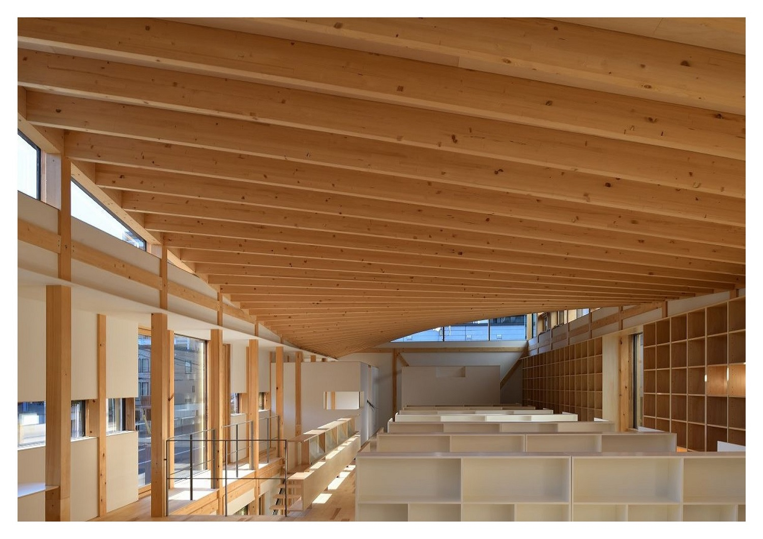 Ezo pine, one of the representative trees of Hokkaido, was used. The wooden HP shell roof, which captures and reflects the natural scenery of light from morning to afternoon onto the space surrounded by th Ken Goshima