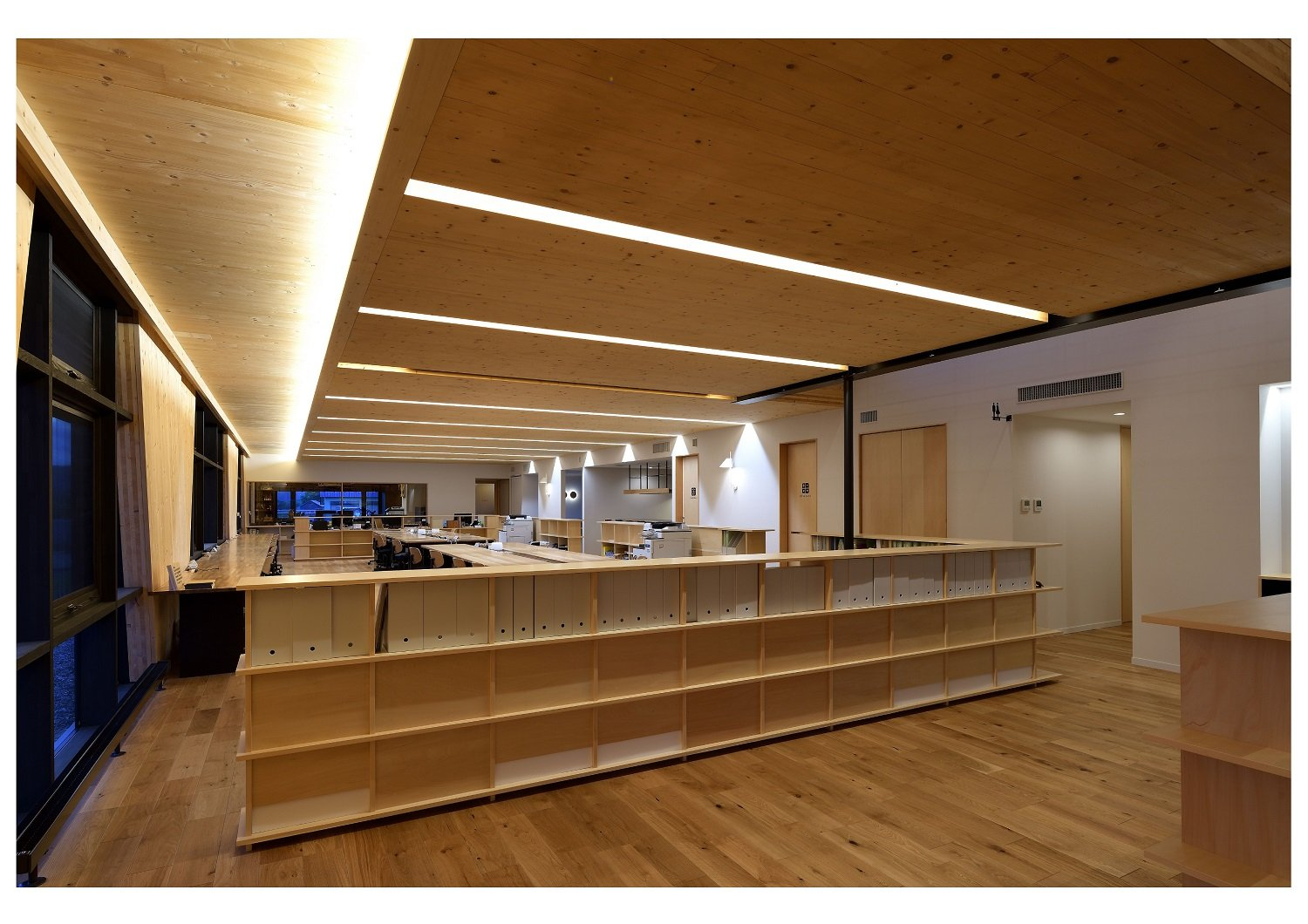 Taking into account that the company's main business is civil engineering, our design focuses on creating an office space where many employees can gather and interact with each other at the end of the day. Ken Goshima