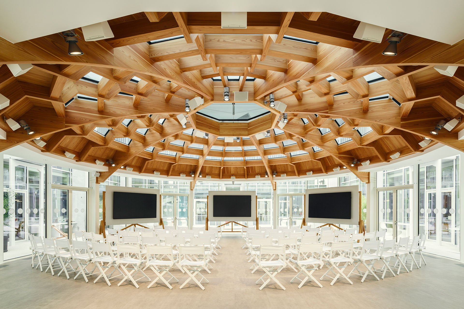 Open Lamp: a circular room for business meetings and presentations. Ph. Luca Rotondo