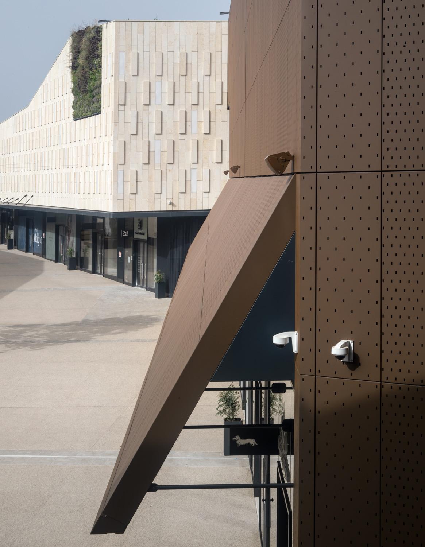 Functional facade that provides shelter to shop entrances © Alessandra Chemollo