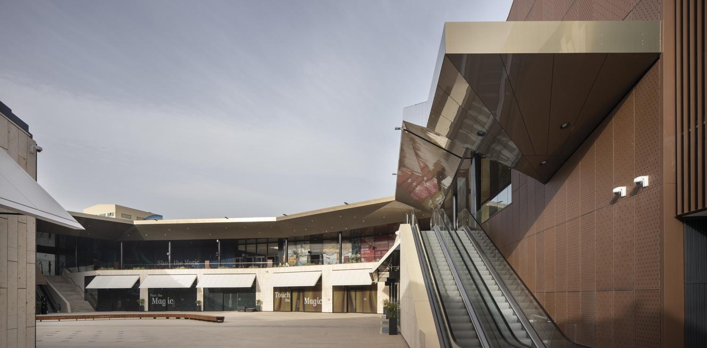 A two stry internal plaza © Alessandra Chemollo
