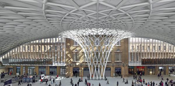 King's Cross Station: Una storica stazione londinese rinasce sotto un atrio svettante
