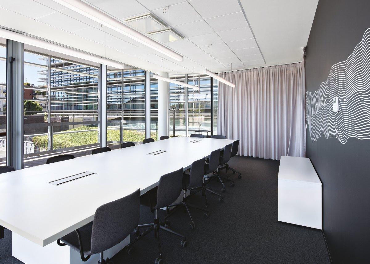 Luce naturale e spazi verdi in un ambiente di lavoro a misura d'uomo