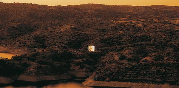 Dialoghi di architettura: la Casa de Retiro Espiritual incontra Volvo XC70