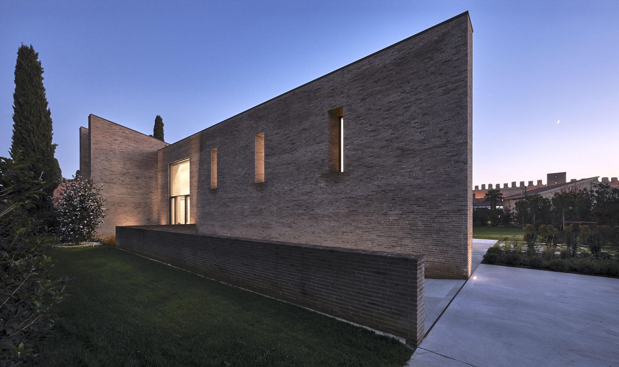"""Casa P+E+3, due setti """"medievali"""" nascondo una villa contemporanea"""