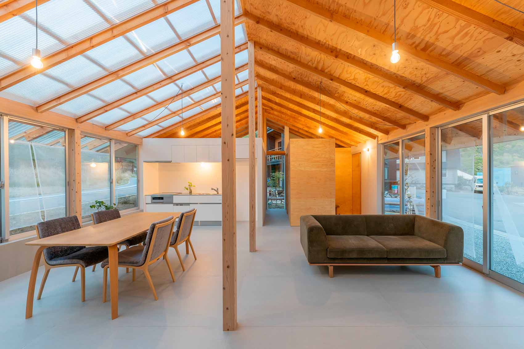 House in Minohshinmachi. Residential charm and elegance embrace nature