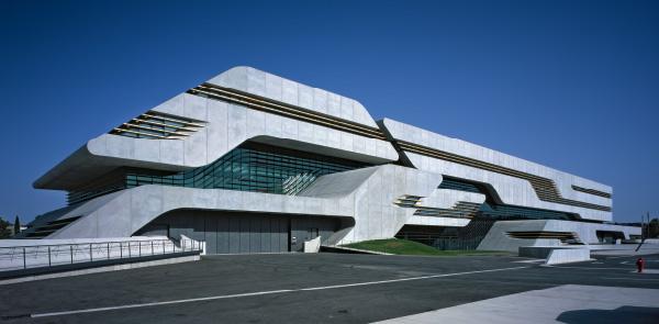 Pierres Vives  forma e funzione si fondono  in uno spazio pubblico espressivo e dinamico