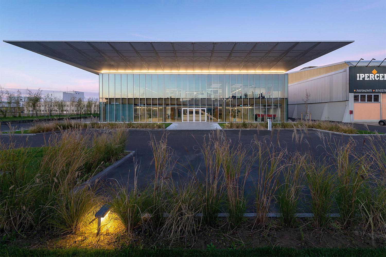 Semplicità, sostenibilità benessere nuovo Headquarter di Iperceramica