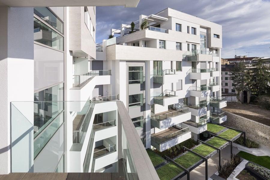 Teatro 1 edificio residenziale e commerciale for Piani passivi di case solari