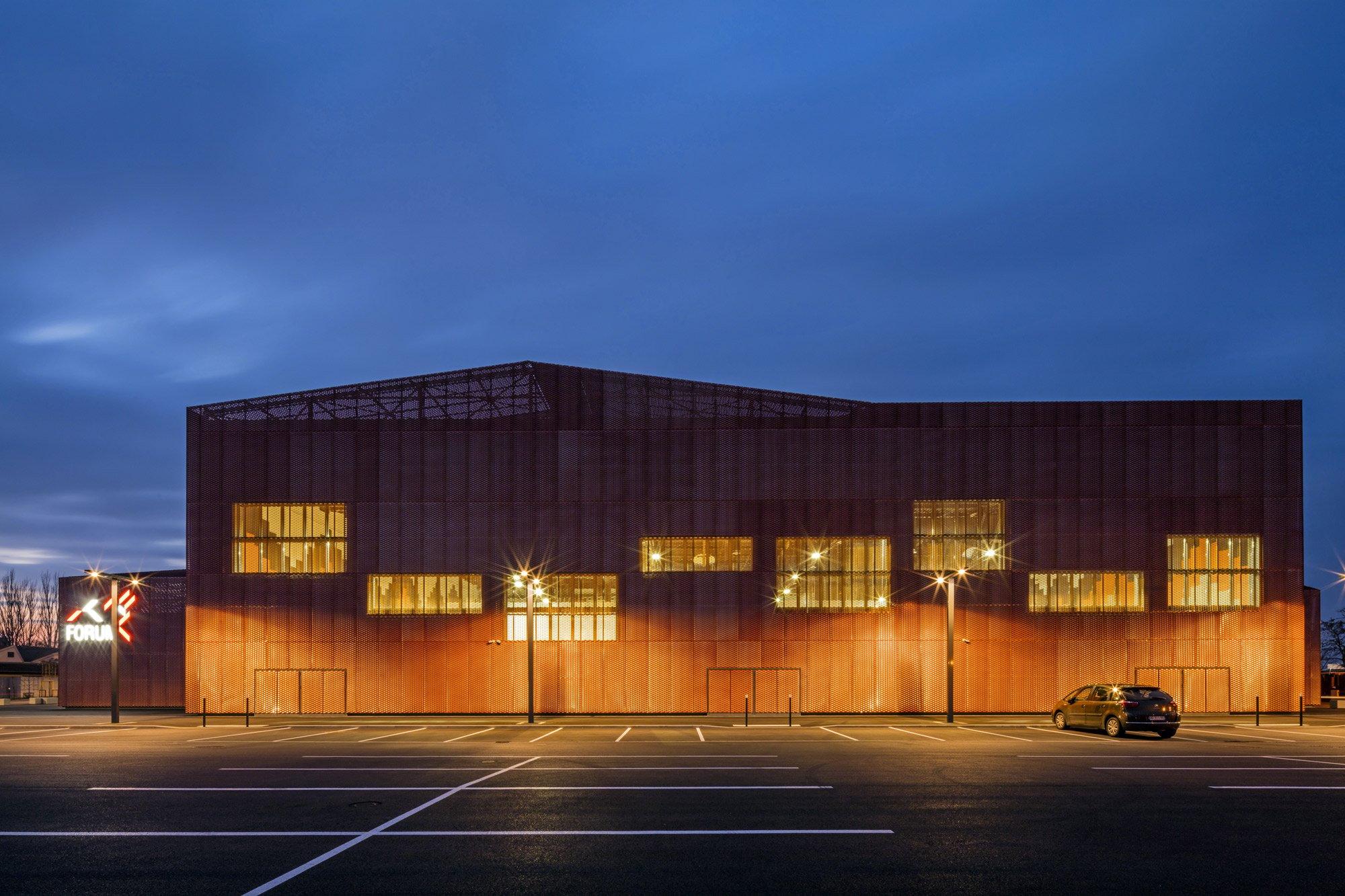 LE FORUM complesso sportivo, associativo e per eventi a SAINT-LOUIS, Manuelle Gautrand Architecture © Guillaume Guerin