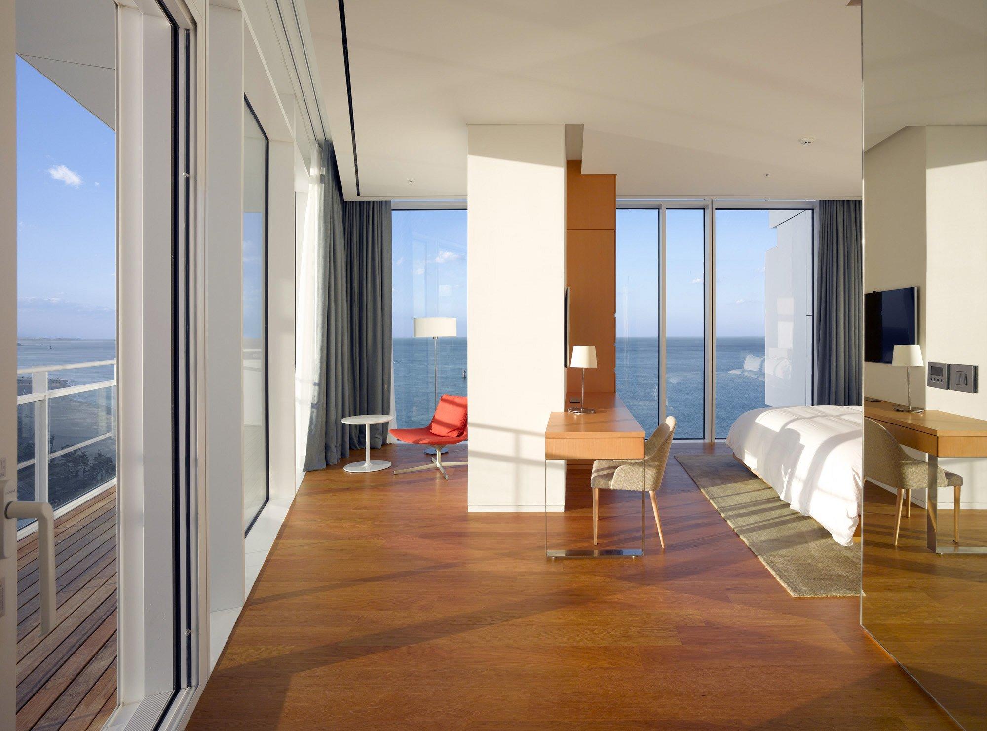 Seamarq Hotel by Richard Meier & Partners Architects © Roland Halbe