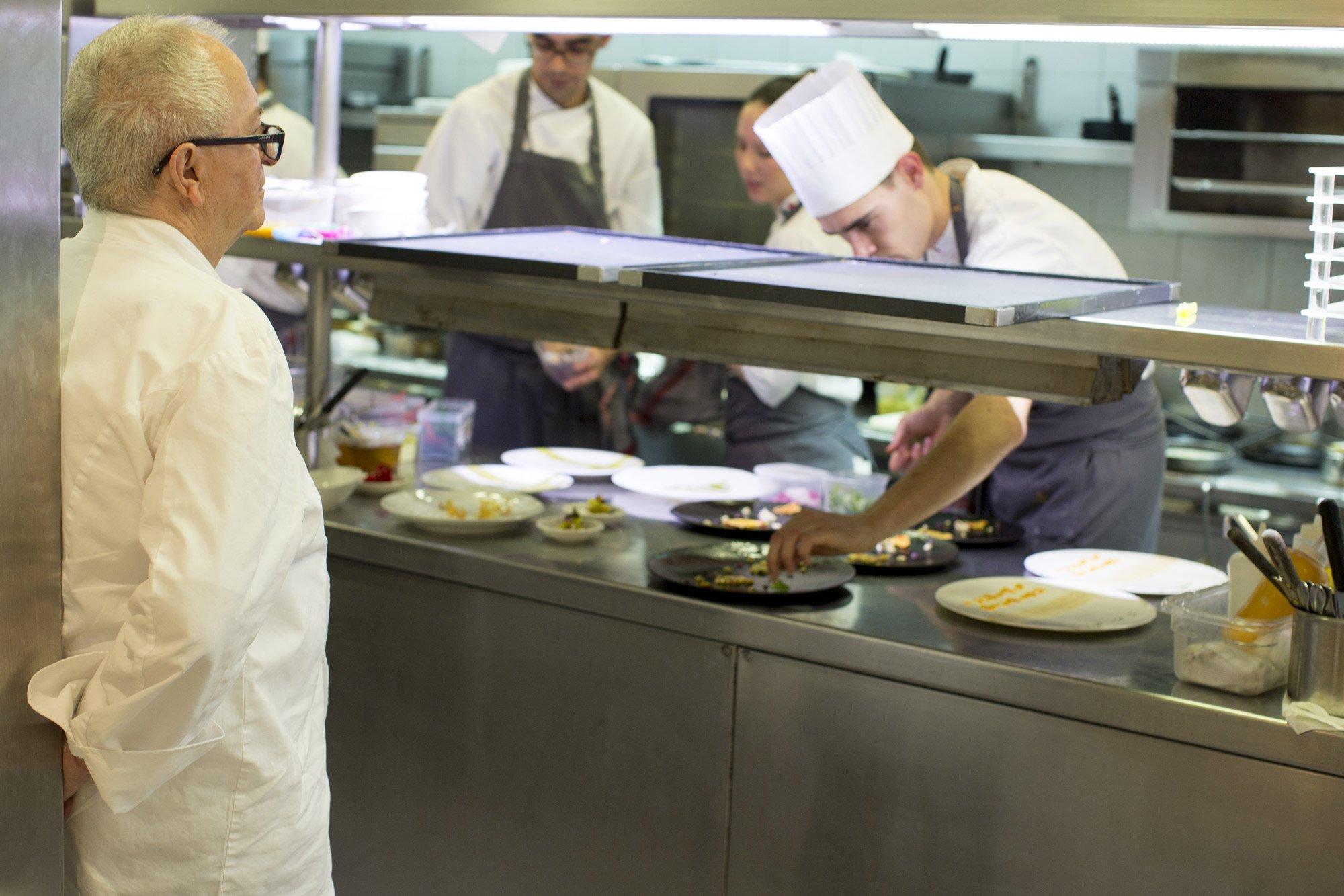 Chefs at the Arzak restraurant prepare dishes as Juan Mari Arzak watches over © Uxío Da Vila