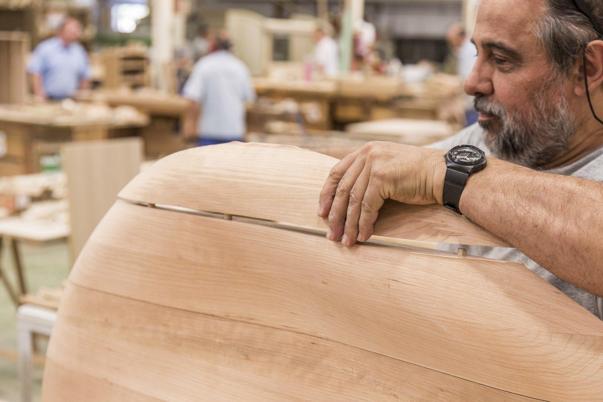 Carpenter at La Navarra assembling the American cherry pieces of Lounge Chair © Uxío Da Vila