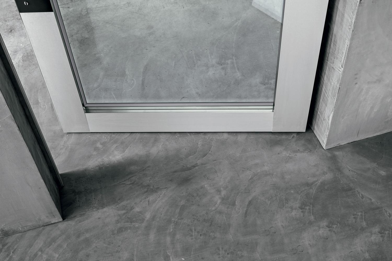 Anta, vetro e maniglia sono complanari, la porta è omogenea e priva di scanalature o sporgenze