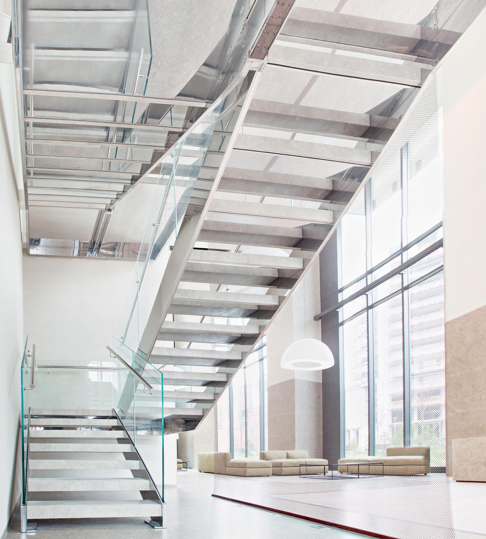 Complesso residenziale Bosco Verticale, Milano, Italia Scala in acciaio inox e vetro con  ped