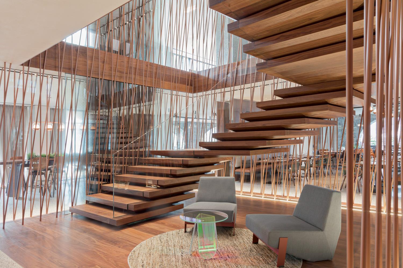 Hotel Il Sereno Lago di Como Torno, Italia Scala in legno noce americano Design: Patricia Urqu
