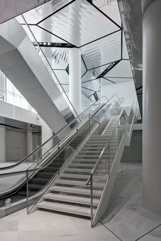 Torre Allianz, Milano, Italia Scala in acciaio inox e vetro con gradini  in marmo bianco  Desi