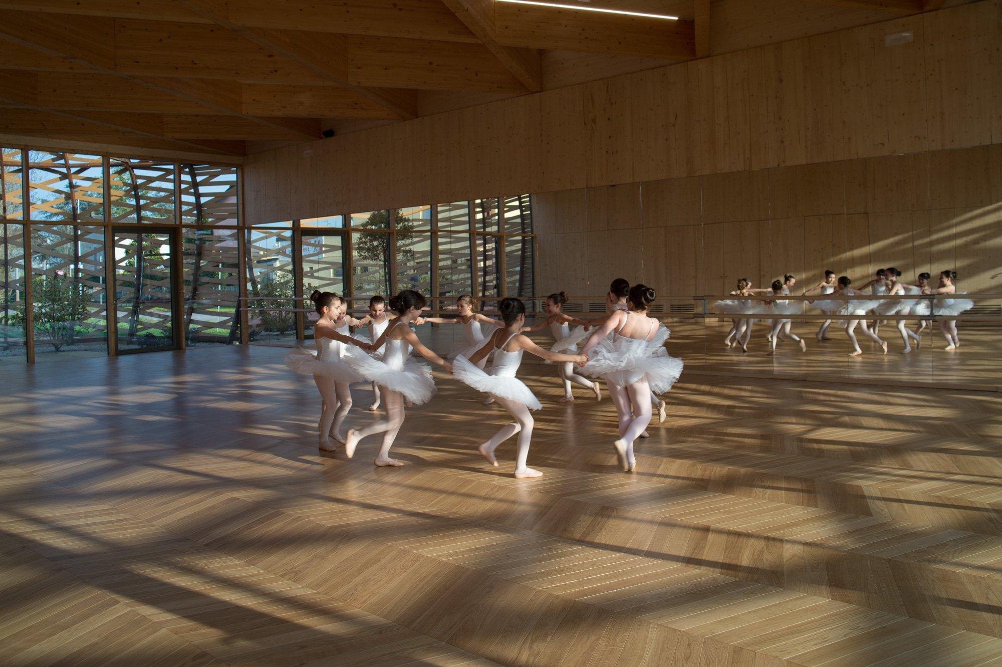 Scuola di danza reggiolo for Arredamento scuola di danza