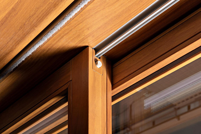 Essenziale 80, mock-up in scala 1:1 per la produzione di una versione dell'infisso in legno iroko