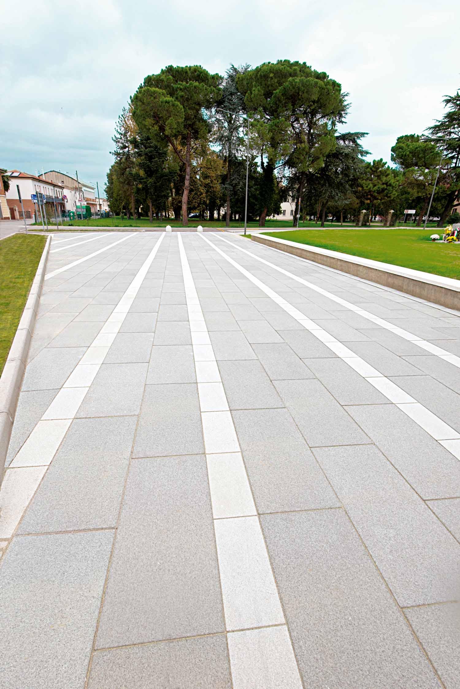 Piazza centrale antistante la chiesa di Malborghetto, Ferrara, Italia