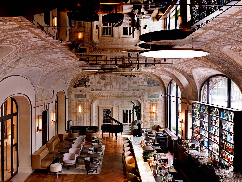 In copertura del Bar Joséphine,  un soffitto a specchio e un sistema di illuminazione disegnato appositamente per questo spazio.
