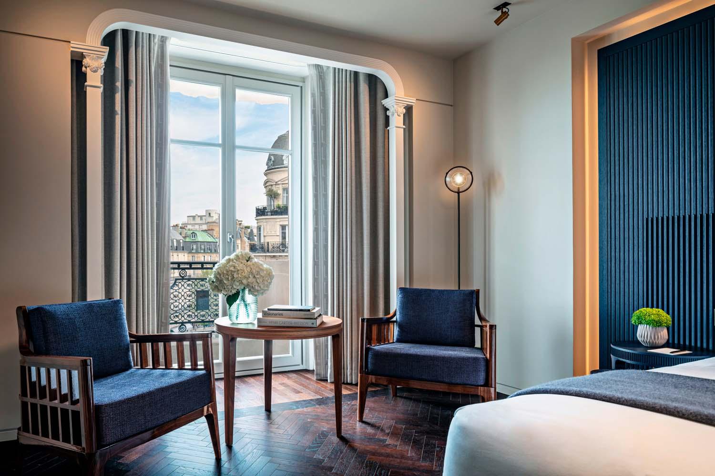 Il materiale maggiormente utilizzato per l'arredo delle suite è il legno,  nei colori sabbia o blu, arricchito  dall'eleganza dei dettagli in bronzo.