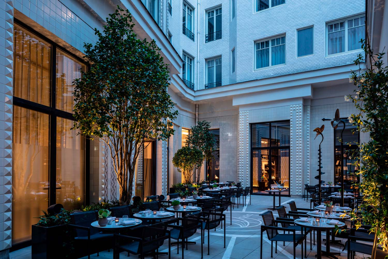 La rimozione della copertura del patio, precedentemente utilizzato come salone,  ha permesso di illuminare con luce naturale  tutte le sale adiacenti.