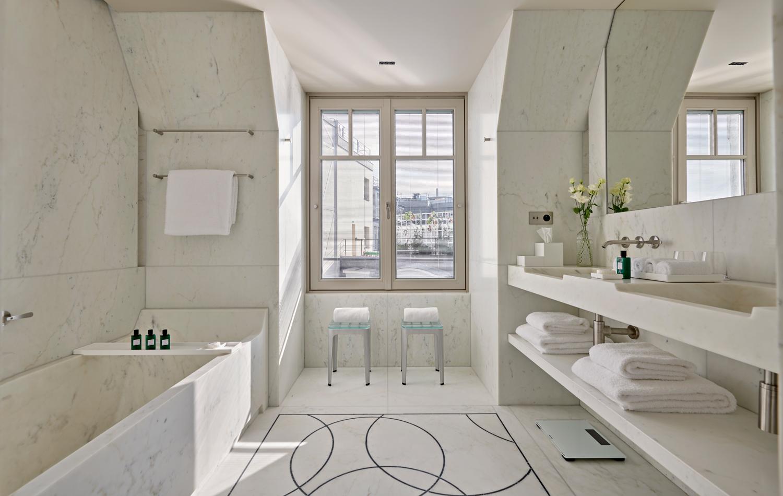 Il rivestimento di tutti i bagni, nonché degli spazi del centro benessere e della piscina, è in lastre di marmo Calacatta.
