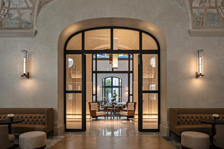 Gli arredi in stile Art Déco sono stati  recuperati o realizzati su disegno  appositamente per l'hotel.