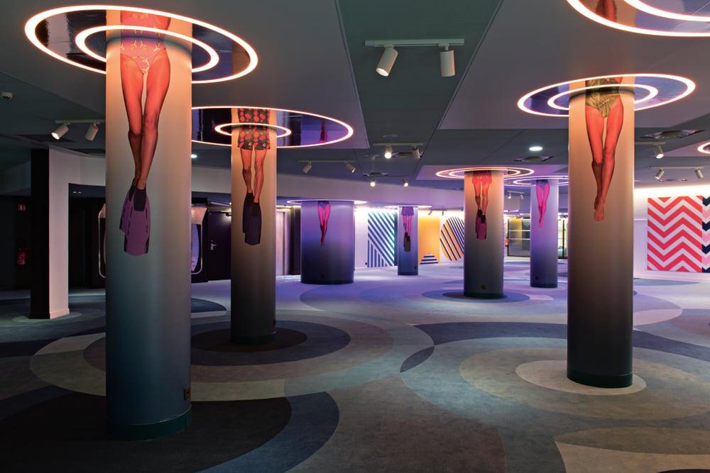 © Mads Mogensen, courtesy Teresa Sapey + Partners La lobby d'accesso all'area meeting è punteggiata da colonne che con le loro decorazioni rimandano a un'immagine sottomarina.