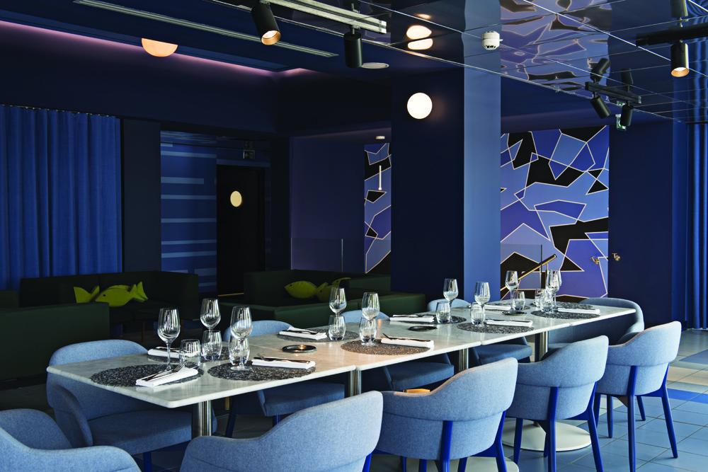 © Mads Mogensen, courtesy Teresa Sapey + Partners Pavimenti, decorazioni alle pareti e arredi del ristorante variano dal blu al verde, con tonalità e motivi geometrici che definiscono spazi con diversi gradi di riservatezza.