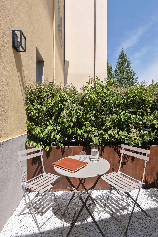 © Iuri Niccolai, courtesy Pierattelli Architetture L'appartamento al piano terra si apre su un piccolo giardino interno che offre agli ospiti un ulteriore spazio per soggiornare all'aperto.