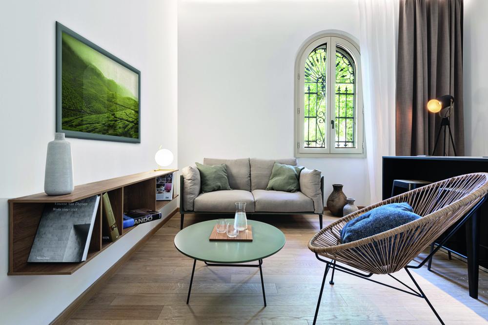© Iuri Niccolai, courtesy Pierattelli Architetture Arredi e finiture rivelano un minuzioso lavoro di bilanciamento tra rigore formale, suggestioni naturali e tocchi di colore.