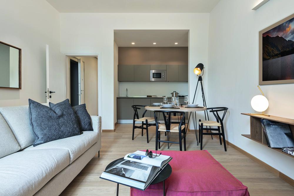 © Iuri Niccolai, courtesy Pierattelli Architetture Il legno del parquet a listoni corti accomuna gli ambienti della zona giorno e delle camere da letto.
