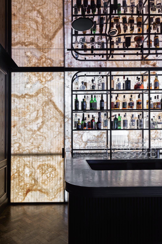 © Simone Bossi, courtesy Lissoni Casal Ribeiro Alle spalle del bancone del bar,  una parete in onice retroilluminato.