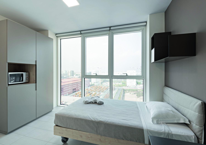© Saverio Lombardi Vallauri, courtesy GaS Studio Tutte le camere, di dimensioni superiori alle minime necessarie,  forniscono spazi adeguati anche allo studio e sono dotate di ampie finestre.