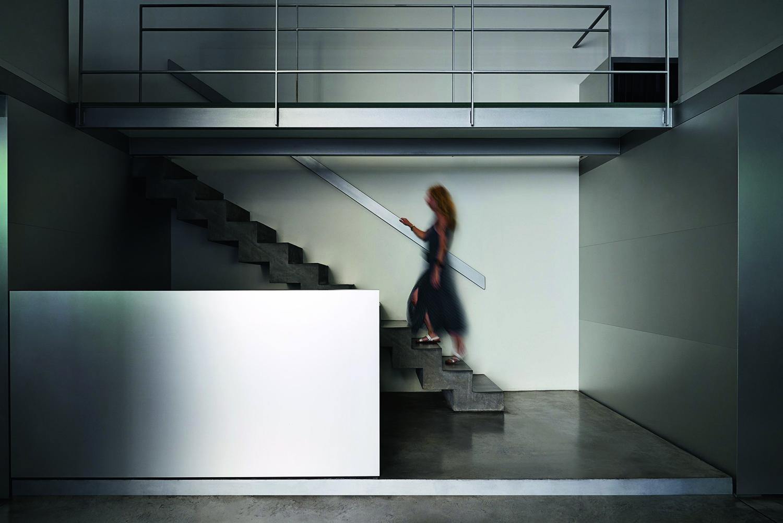Casa-studio L29, Milano - © Lorenzo Pennati, courtesy m2atelier Lo studio si affaccia sulla corte, tipica dell'architettura milanese, che unisce l'atelier, la casa e due spazi autonomi ospitati nell'ala destra e sinistra dell'edificio.