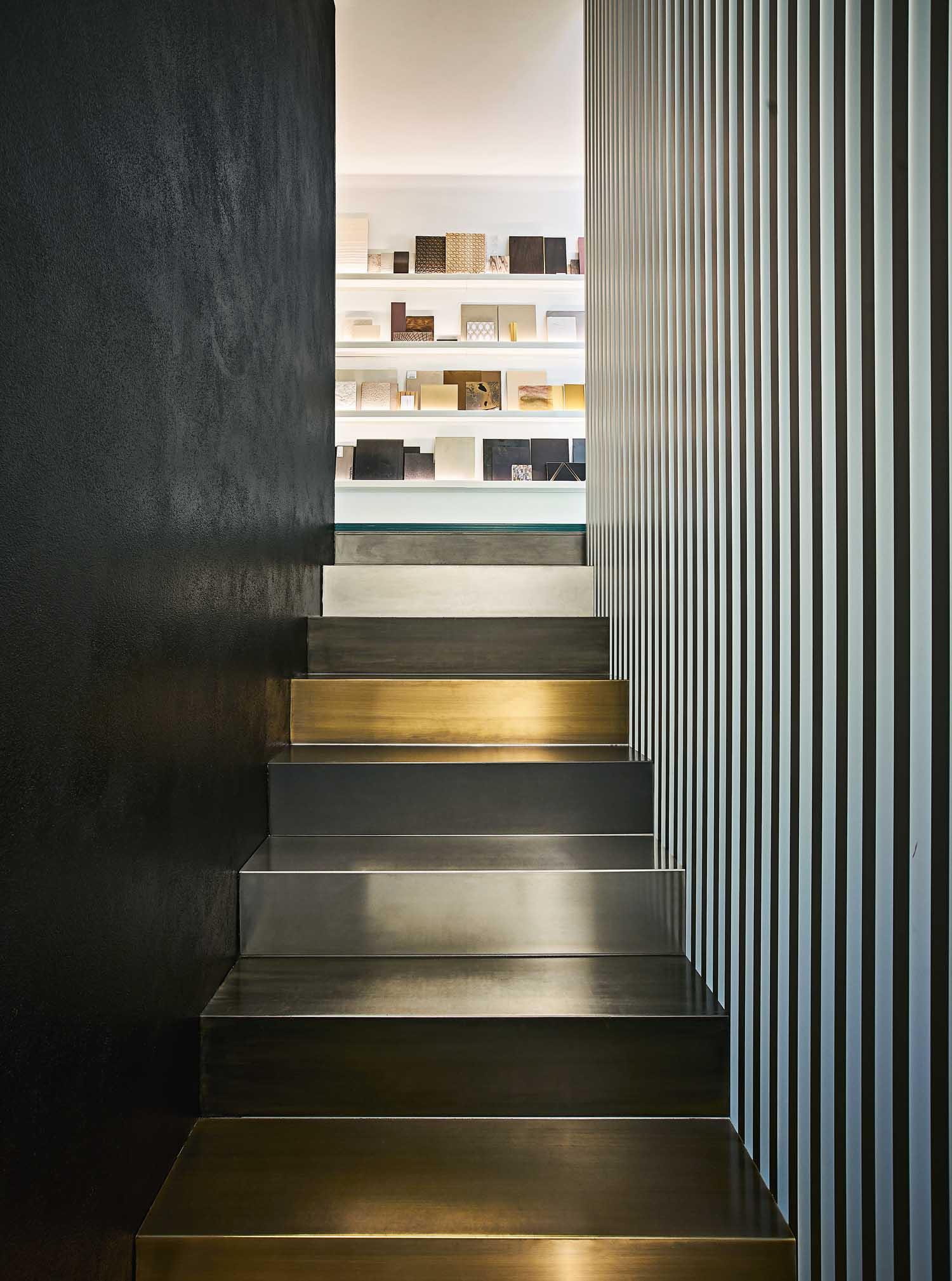 Casa-studio L29, Milano - © Lorenzo Pennati, courtesy m2atelier La materioteca dello studio è disposta  su due livelli, collegati da una scala in lamiera con scalini in diverse finiture e una parete a listelli in alluminio anodizzato.