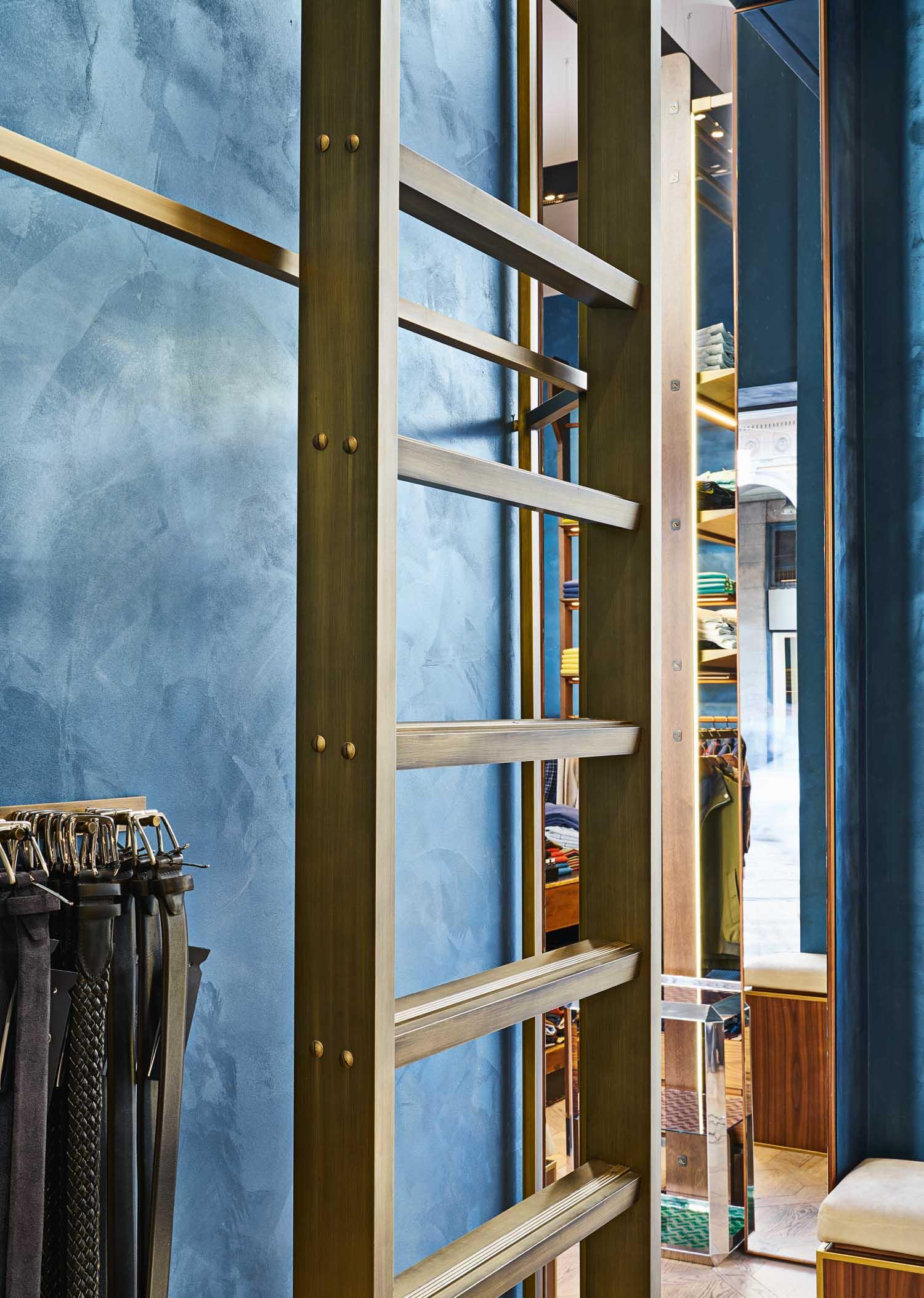 Boutique Drumohr, Milano - © Lorenzo Pennati, courtesy m2atelier Il blu delle pareti crea un equilibrato contrasto con il bianco caldo dei soffitti, mentre la dilatazione dello spazio architettonico in verticale e le sue geometrie creano continui giochi prospettici nei diversi punti del negozio.