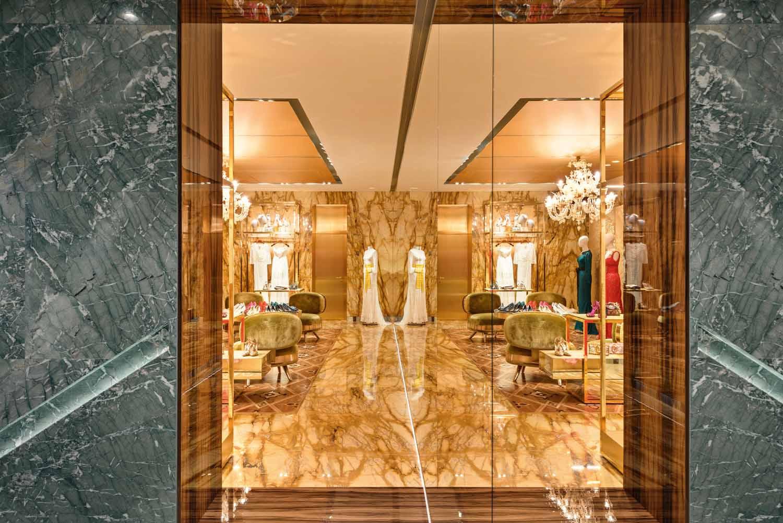 © Antoine Huot, courtesy Carbondale Le sale al piano nobile di Palazzo Torres sono riservate  alle collezioni più esclusive. La stanza dedicata agli abiti  da sera femminili, caratterizzata da finiture dorate,  è avvolta dalle superfici in marmo Giallo Siena.